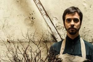 """O ator Rodrigo Sampaio interpreta O estrangeiro em """"Agruras, ensaio sobre o desamparo"""""""