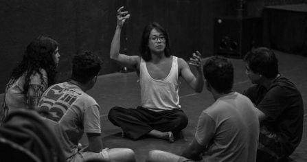 O ator Jimmy Wong coordenando Oficina de introdução ao Butoh com o Núcleo Macabéa (julho 2013)
