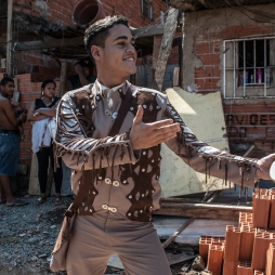 Lukas Torres na peça Chão e Silêncio do Núcleo Macabéa