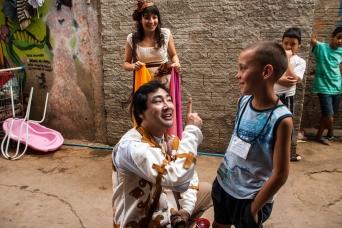 """O ator Alexandre Ganico na comunidade do Boqueirão durante a apresentação da peça """"Chão e silêncio"""""""