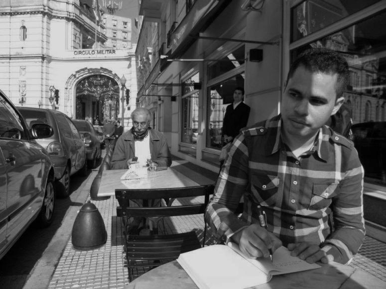 O poeta e dramaturgo Rudinei Borges em Buenos Aires, Argentina - julho de 2012