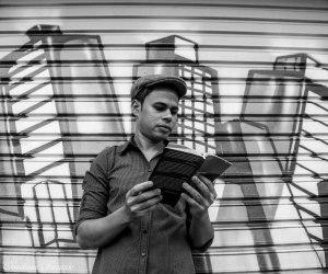 O poeta Rudinei Borges próximo ao Viaduto do Chá, em São Paulo, onde mora