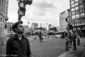 O poeta Rudinei Borges caminha pelo centro velho de  São Paulo