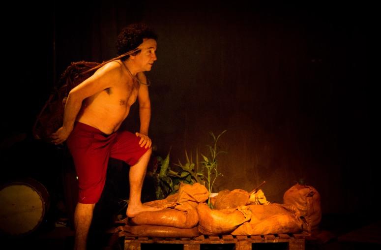 O ator Edgar Castro na peça DEZUÓ BREVIÁRIO DAS ÁGUAS (2016), com dramaturgia de Rudinei Borges
