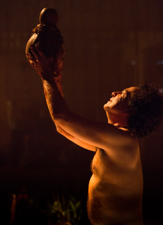 Cena da peça DEZUÓ, BREVIÁRIO DAS ÁGUAS, com dramaturgia de Rudinei Borges, encenada pelo Núcleo Macabéa em 2016