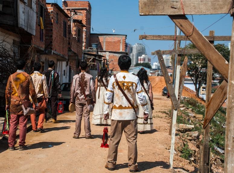 A peça CHÃO E SILÊNCIO, encenada em 2012, configurava um cortejo poético-cênico pelas vielas da Favela do Boqueirão