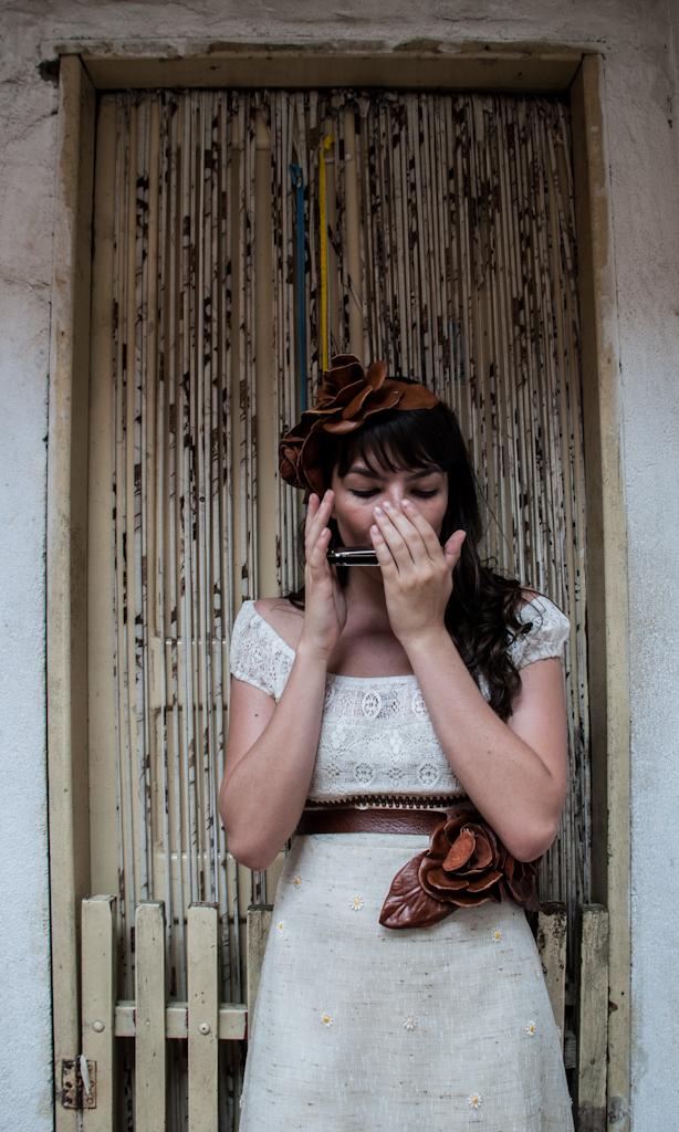 Cena da peça CHÃO E SILÊNCIO, com dramaturgia de Rudinei Borges, encenada em 2012 nas vielas da Favela do Boqueirão, em São Paulo