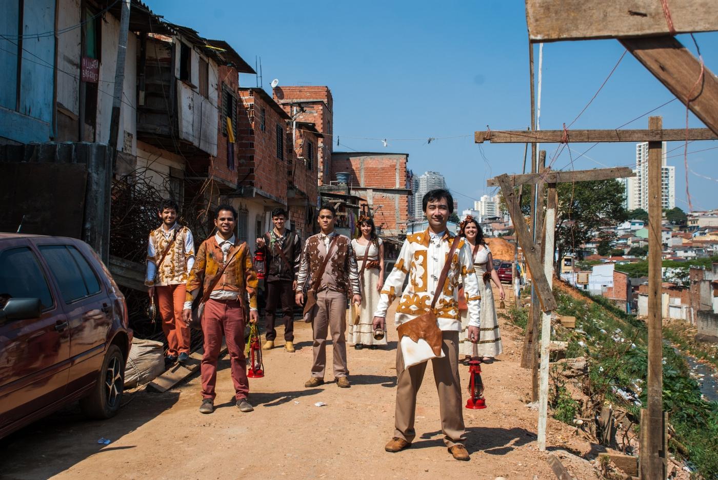 Chão e Silêncio (2012), peça de Rudinei Borges, encenada pelo Núcleo Macabéa na Favela do Boqueirão (SP)